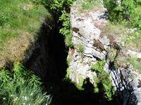 """Dans la traversée du plateau on finit par apercevoir le haut du Granier. Près du """"Bénitier"""", des trous profonds."""