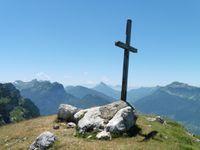 Au sommet du Pinet, vers le sud avec Chamechaude, vers l'ouest avec le Mt Outheran et la Cochette et, vers le nord, le Granier.