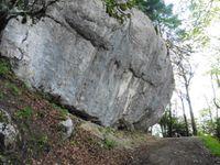 Le cirque de St Même au départ. En chemin, un rocher étayé par des branchettes. La montée est parfois rude.