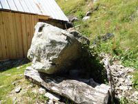 Le refuge au habère d'Aiguebelle. Le rocher a épargné la batisse mais pas l'abreuvoir. Derrière, les hauteurs de Belledonne.       .