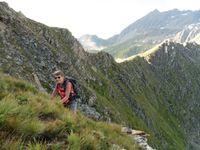 Sous le Passeur de Pralognan, une montée à haut risque jusquà une crête escarpée.