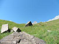 Des blocs de pierre réguliers à l'entrée de la combe. Sous le Mt Charvet le torrent qui alimente la cascade.