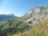 Depuis la pente, au loin, le Croise Baulet. Encore une vue sur la cascade avant de prendre l'échelle et déboucher dans la combe.