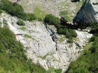 C'est là qu'il va falloir grimper. On aperçoit la cascade peu active à cette époque de l'année. Drôles de rochers.