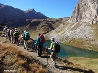 La cabane des Mindières. Le groupe passe au dessus du lac de la Plagne, face au Mont Blanc de Peisey.