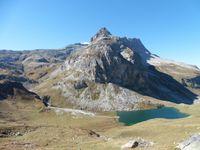 De retour au dessus du lac de la Plagne. Plus bas, le refuge d'Entre le Lac et une bergerie.