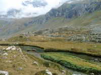 Au Plan des Eaux, les méandres du ruisseau. On peut croiser des canards ou admirer les montagnes qui se reflètent dans les eaux transparentes.