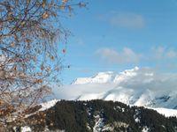 La descente est amorcée. Au fond le Mont Blanc fait une apparition.