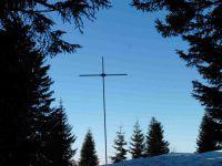 Entre les arbres, la Pointe Percée. Une petite pause pour admirer le paysage vers la Tournette avant de parvenir à la croix de Colomban.