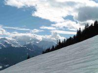Au dessus du téléski la neige est au rendez-vous. Au fond, les sommets de Rocheboc et de la Portette.