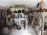 Au grenier des monts, d'anciens outils et ustensiles.