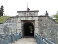 A l'entrée du fort une chèvre monte la garde. Une vue sur les contreforts de la Belle Etoile. Les crêtes de la Sambuy.