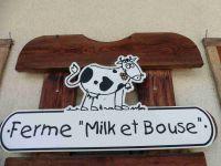 Au départ, à Forgeassoud, à la ferme Milk et Bouse, un chalet sur fond de Tournette. Un regard sur la prairie et le massif des Aravis.