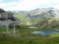 Depuis le télésiège du Grand Huit, l'Aiguille Percée et les lacs du Chardonnay.