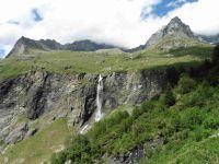 Au plan de la Plagne. Au loin, le site de Rosuel et à droite les cascades de la Gurraz.
