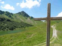 Depuis le col de la Forclaz le lac et les chalets de Lessy, sous le Buclon.
