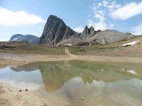 Au col du Palet l'Aiguille Noire de Pramecou se reflète dans un petit plan d'eau.