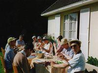 """La maisonnée """"Saint François"""" à table en terrasse - Pique-nique au rond-point - Au restaurant chinois : les 50 ans de Henri C."""