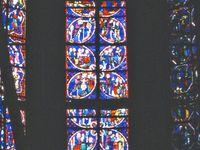 En Haut, 3 vitraux de la cinquième chapelle (flanc Sud) : Saint Jacques - Saint Jean-Baptiste - Saint Jean l'Evangéliste. En dessous, à gauche : Saint Thomas - à droite : Histoire de Joseph.