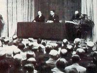 Lors d'une grande assemblée, présentation de la 4CV aux concessionnaires puis au salon de Paris en octobre 1946