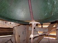 Vue sur la cloche 1 et bras de tirage du battant pour tintements manuels par la corde.