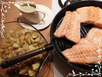 Truite saumonée grillée et grenailles à la vapeur accompagnées de sauce à l'oseille