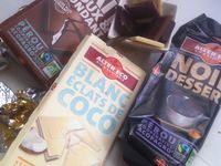 Mousse aux 3 chocolats équitables ( chocolat noir , chocolat au lait et fondant et chocolat blanc éclats de coco ) aux brisures de galettes Bretonnes .
