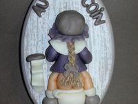 Plaque de porte WC avec fillette en porcelaine froide