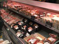 La viande est en libre service à l'exception de l'offre DRY AGED, avec différents stades de maturités. Les produits  LS sont présentés en emballage sous vide  Circuit court, mais pas local , la qualité premium vient du Piemont en Italie,
