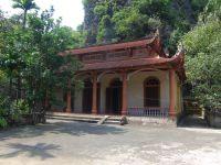 On raconte qu'au XVe siècle, après être tombés sous le charme des lieux deux moines décidèrent d'y bâtir une pagode. L'emplacement originel correspond à la deuxième pagode qui a été rénovée lorsque furent érigées les deux autres au XIXe siècle.