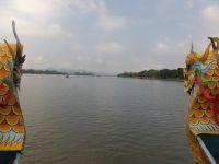 Une promenade sur la rivière des Parfums compte parmi les plaisirs à savourer  tant le fleuve est majestueux.  Au panorama offert par les temples de l'époque impériale s'ajoute le spectacle de la circulation sur l'eau : paysans navigant en petit sampans,barges chargées de poissons ou de fruits et légumes, pêcheurs relevant des nasses