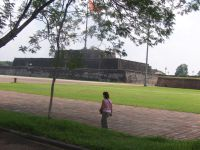 Hiem Lam Cac, le pavillon de la splendeur est un bâtiment haut de 13m bâti en 1824 sous le règne de l'empereur Minh Mang./  dans la cour neuf urnes dynastiques en bronze sont alignées &#x3B; Elles incarnent chacune un souverain&#x3B; au centre la plus grande est dédiée  à Gia Long.