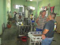 La 1ère photo montre un point de vente la distillerie. Les 4 photos suivantes concernent la préparation du Guyabita, alcool de rhum. Enfin les 4 dernières photos, trouvées sur internet montre la fabrique et la vente des cigares.