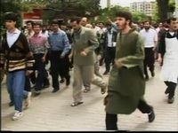 Différentes vues de l'émeute de Sivas. A droite, la préfecture est défendue par un détachement armé, déplacé ensuite, pour peu de temps, devant l'hôtel. Photos d'archive. Cliquer pour agrandir