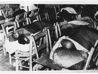 """Images du conflit chypriote, avant 1974, vu par un photographe chypriote turc. De gauche à droite, une famille chassée de chez elle part se réfugier dan sune enclave """"turque""""&#x3B; à la suite des affrontements de l'hiver 1963-1964, des réfugiés dorment dans une salle de cinéma&#x3B; les enclaves turques sont défendues par des membres des TMT, équivalent turc de l'EOKA. Photos Rekor, Nicosie&#x3B; collection E.C. (cliquer pour agrandir)"""