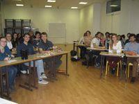 Les étudiants souriants, désireux de découvrir l'absinthe et son histoire.