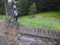 Nous continuâmes notre périple pour arriver à nouveau sur des petits ponts de bois posés sur la boue afin de traverser les pieds au sec. Nous avons même trouvé une balançoire activant un énorme pic vert en bois. Ils ont des drôles d'idées quand même.
