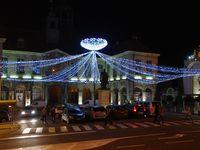 Vue sur les 2 forts qui dominent la ville sur la route menant à Thésy et illuminations de Noël du casino et de la place de l'hôtel de ville.