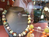 Simone d'AVRAY. Créateur de bijoux. Marché Dauphine.