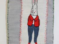 assemblage de tissus cousu à main levée, illustration peinte et brodée