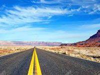 La route sur l'asphalte