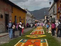 L'une des caractéristiques propre à Antigua, ce sont ces magnifiques tapis aux couleurs vives, les «alfombras», fabriqués avec de la sciure de bois colorée, des pétales de fleurs séchés et des fruits, pouvant aller jusqu'à dix mètres de long: ils recouvrent les rues pavées. Ces extraordinaires compositions, aux motifs géométriques ou religieux, sont l'œuvre des habitants et de leurs amis qui, comme les touristes du monde entier, viennent admirer ces festivités uniques. Ces décors sont  éphémères.