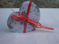 Une boite à dragées ou à bonbons en forme de coeur avec ruban, le couvercle s'ouvre en deux parties ! Contenant plein de charme ! Dans la taille et la couleur de votre choix ! Pour mariage, anniversaire.... #wedding