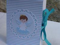 Une boite pour un baptême, en forme de livre et pouvant contenir un flacon de 20 ml, avec par exemple, de l'eau de rose ou du gel antibactérien. Cadeau de remerciement.