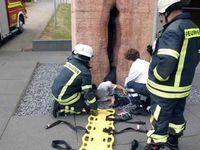 Photos: Un homme se retrouve coincé dans une statue de vagin géante
