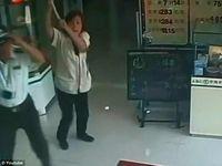 VIDEO. Chine: Une femme de ménage poursuit un braqueur de banque avec un balai