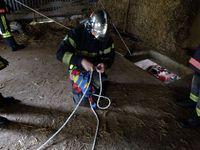 On attache les filins pour desendre dans l'excavation.