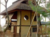 """Maisons de thé. Elles ont été transférées ici depuis l'ancien château de Fushimi, au sud de Kyôto, lieu de résidence de Hidéyoshi Toyotomi. Un petit air de Hameau de la Reine Marie-Antoinnette aussi, qu'elle avait fait construire afin de s'évader dans un """"luxe de simplicité""""en harmonie avec la nature, elle qui, par ailleurs affectionnait les objets en laque japonais"""