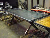 Table plateau métallique et piétement acier en croisé de poutrelle IPN.