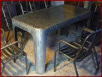 Table rivetée.